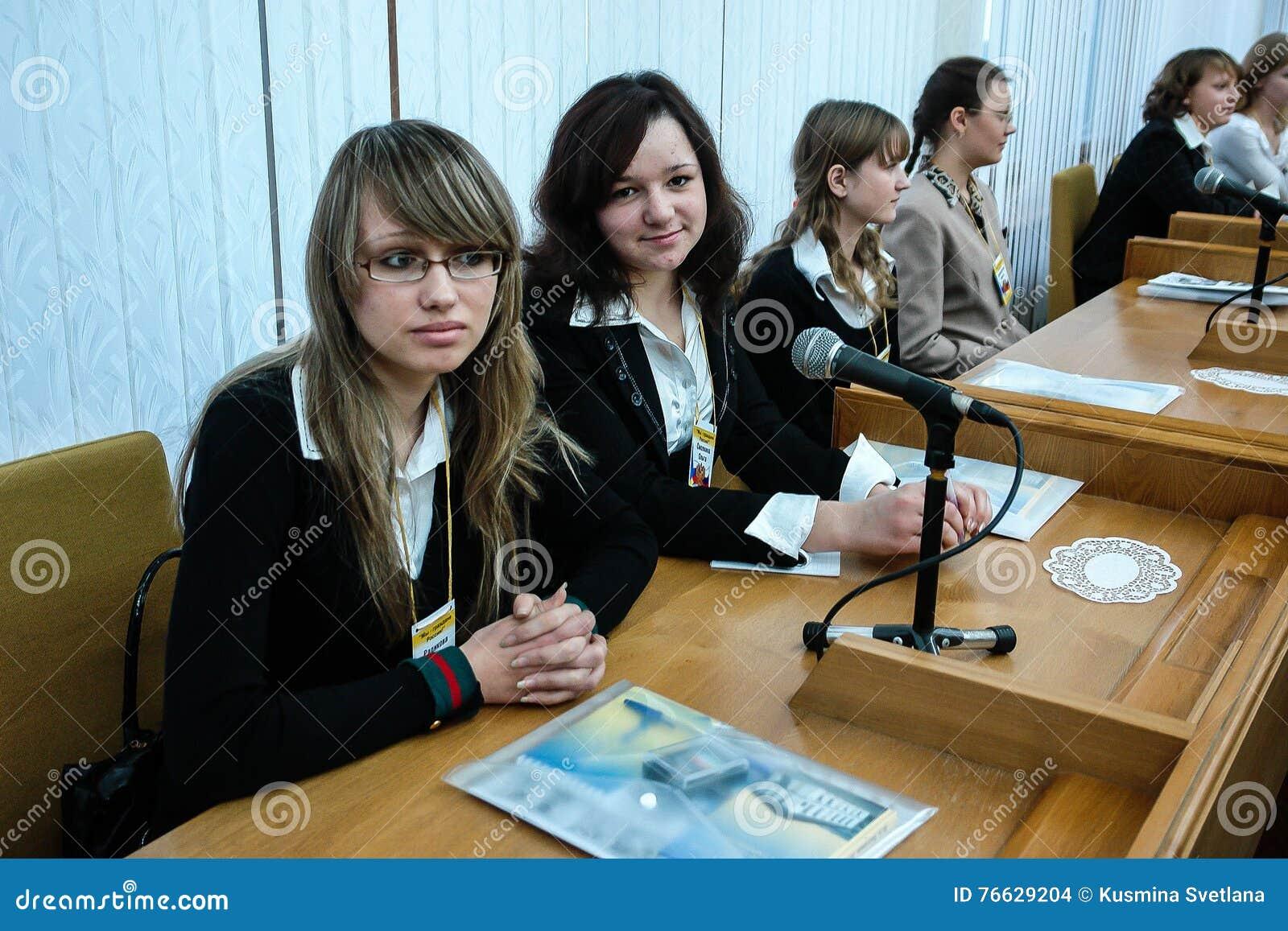 Möta studenter regulatorn av den Kaluga regionen i Ryssland