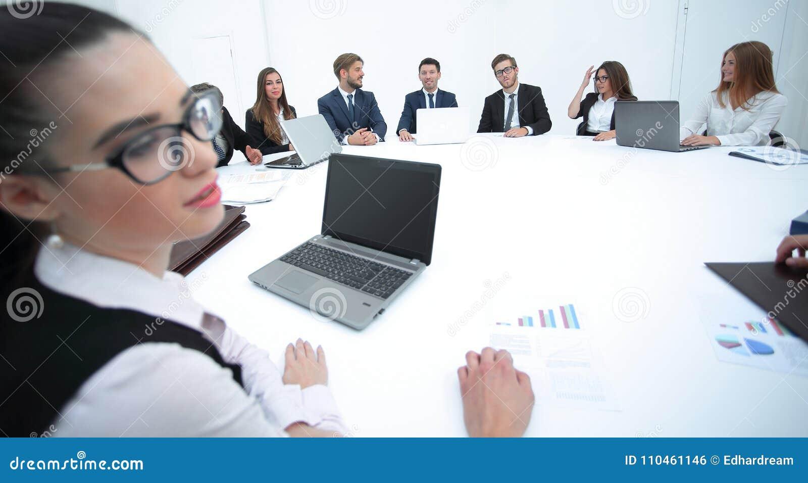 Möte av aktieägare av företaget på rundabordskonferensen