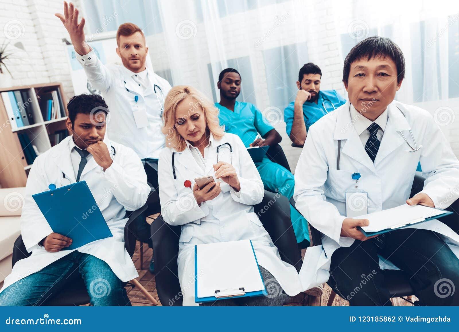 Möte för ` s för sjukhusdoktor diskussionen för begreppet 3d framför white