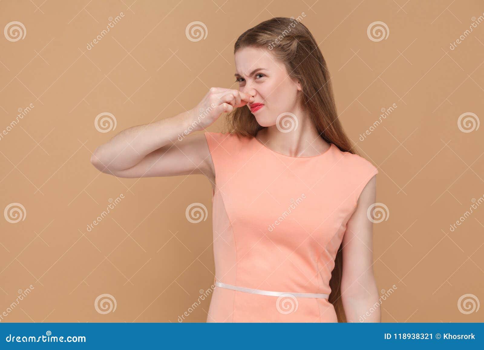 Mún olor, mujer infeliz que se sostiene la nariz