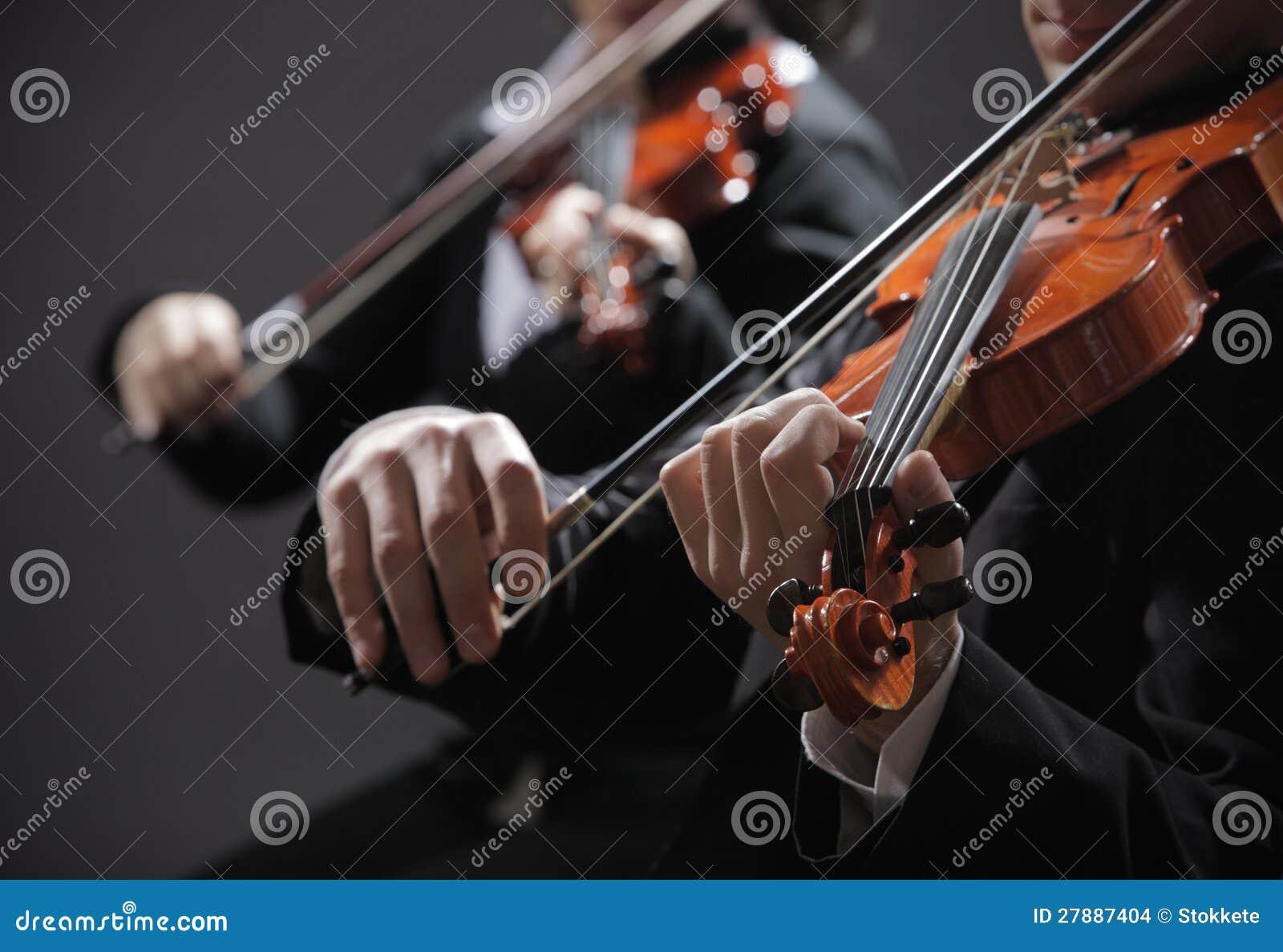 Música clássica. Violinistas no concerto