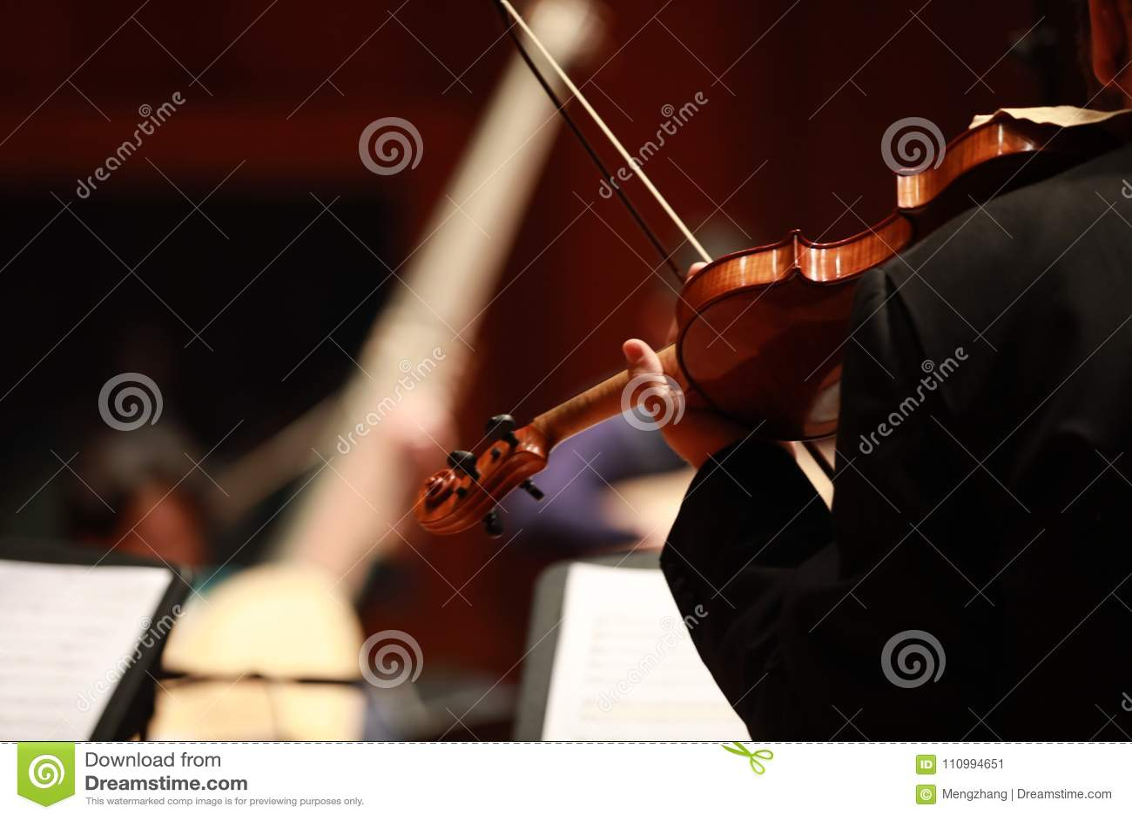 Música clássica Violinistas no concerto Amarrado, violinistCloseup do músico que joga o violino durante uma sinfonia