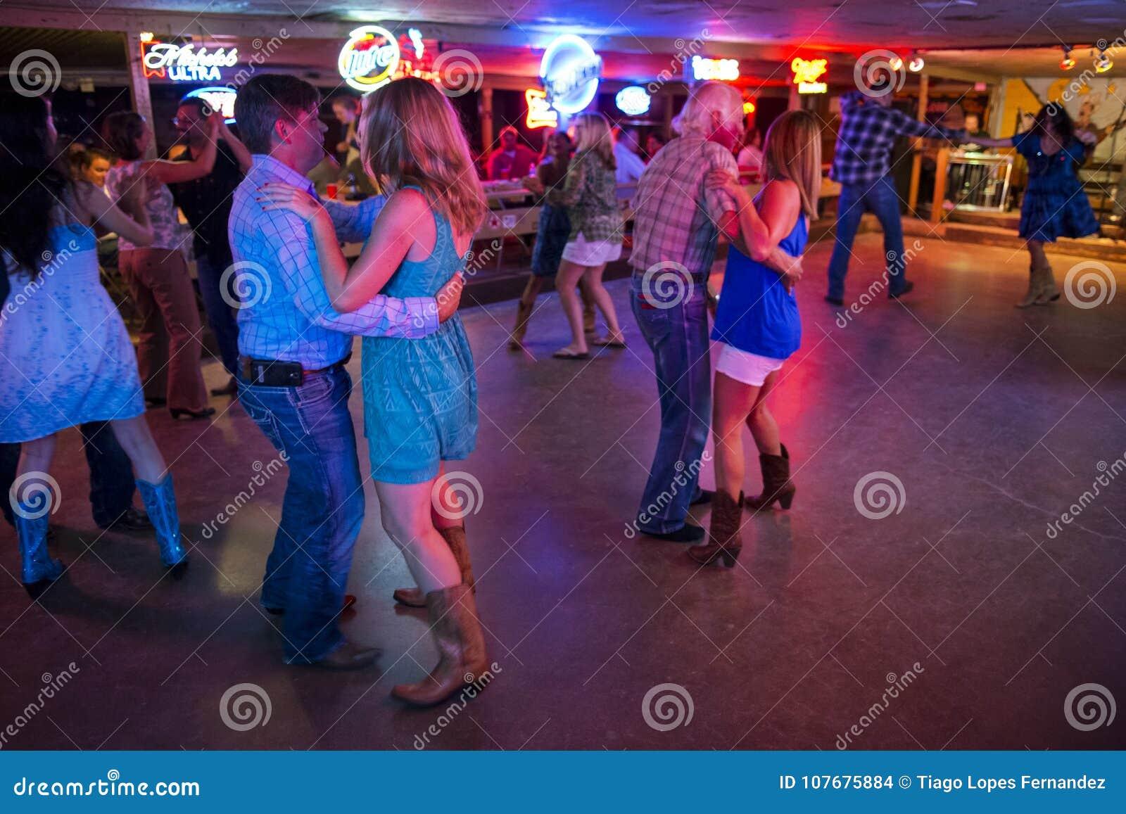 Música country de baile de la gente en el pasillo de danza quebrado del rayo en Austin, Tejas