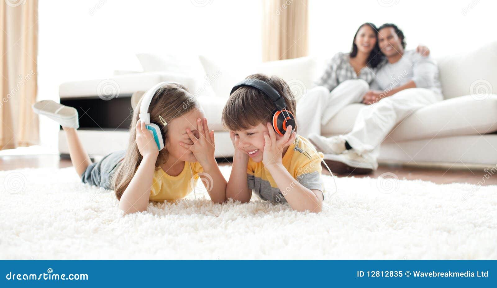 Música de escuta de riso das crianças com auscultadores