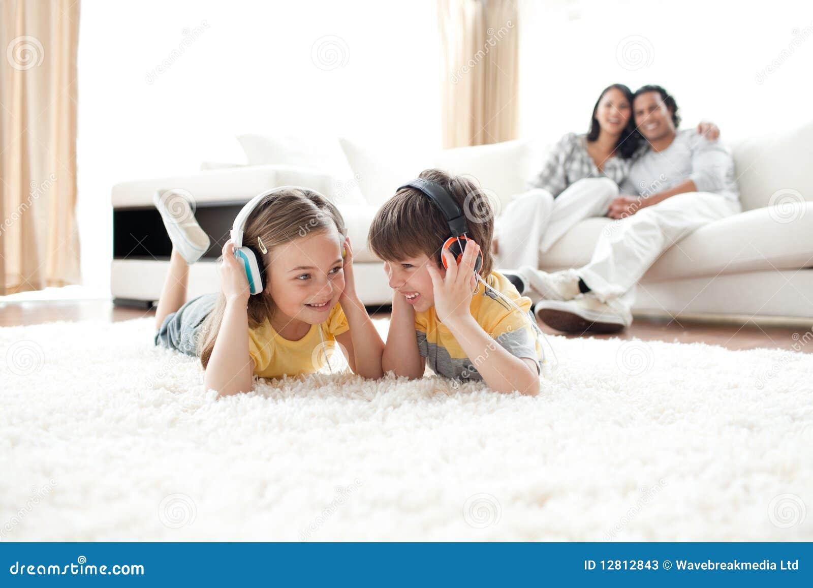 Música de escuta do irmão e da irmã com auscultadores