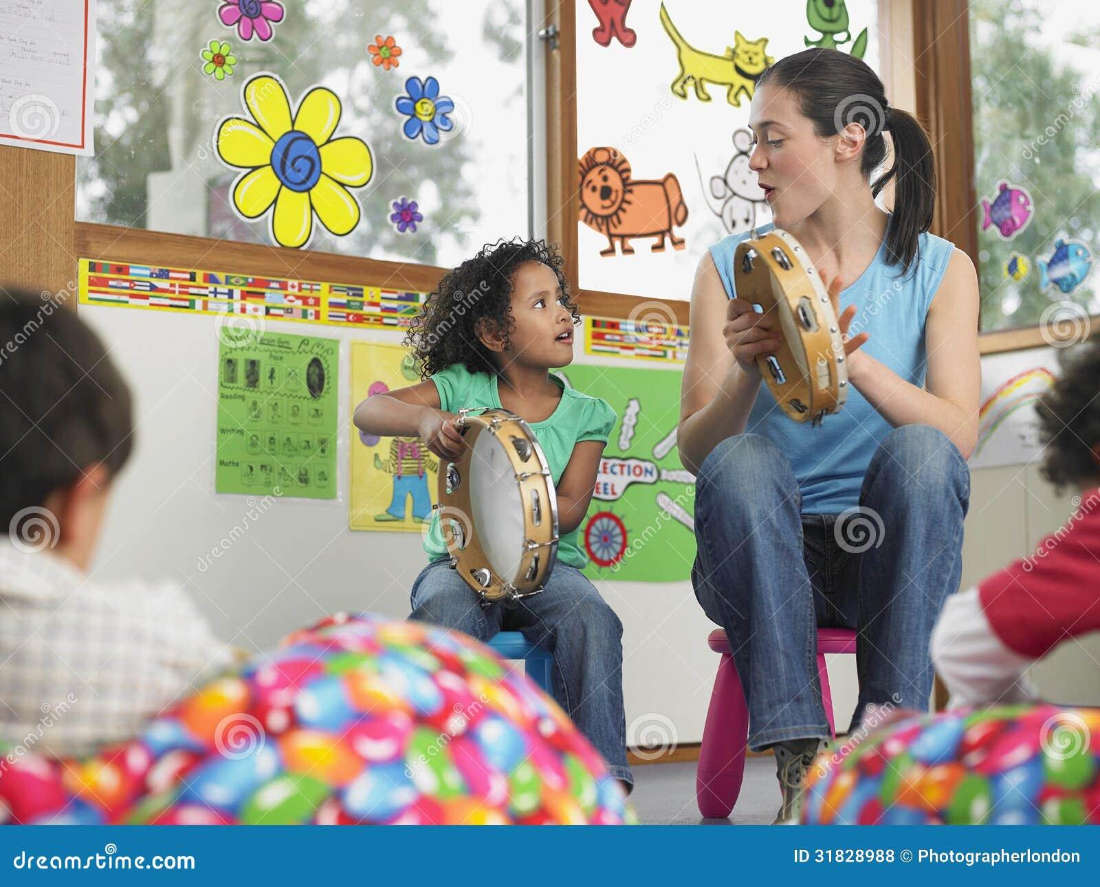 Música de With Girl Playing do professor na classe