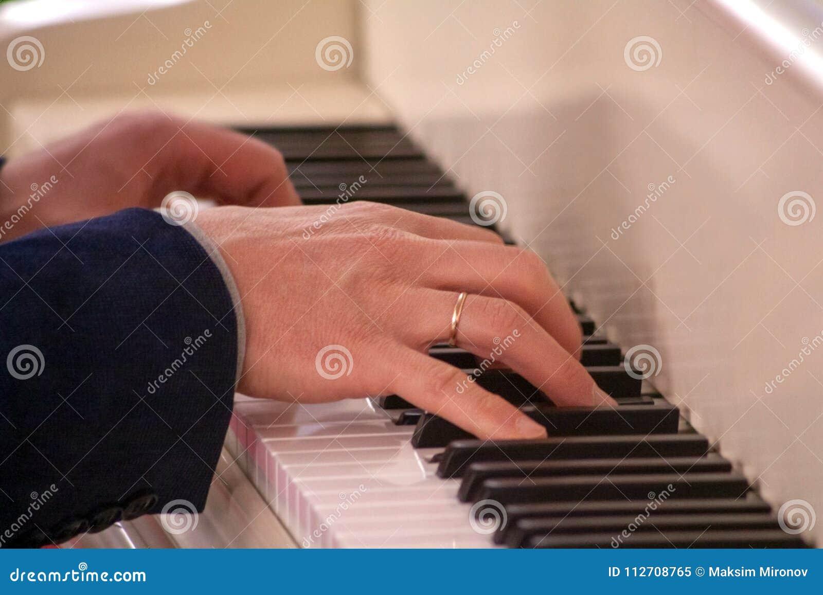 Música do piano de Hands Playing Classical do pianista