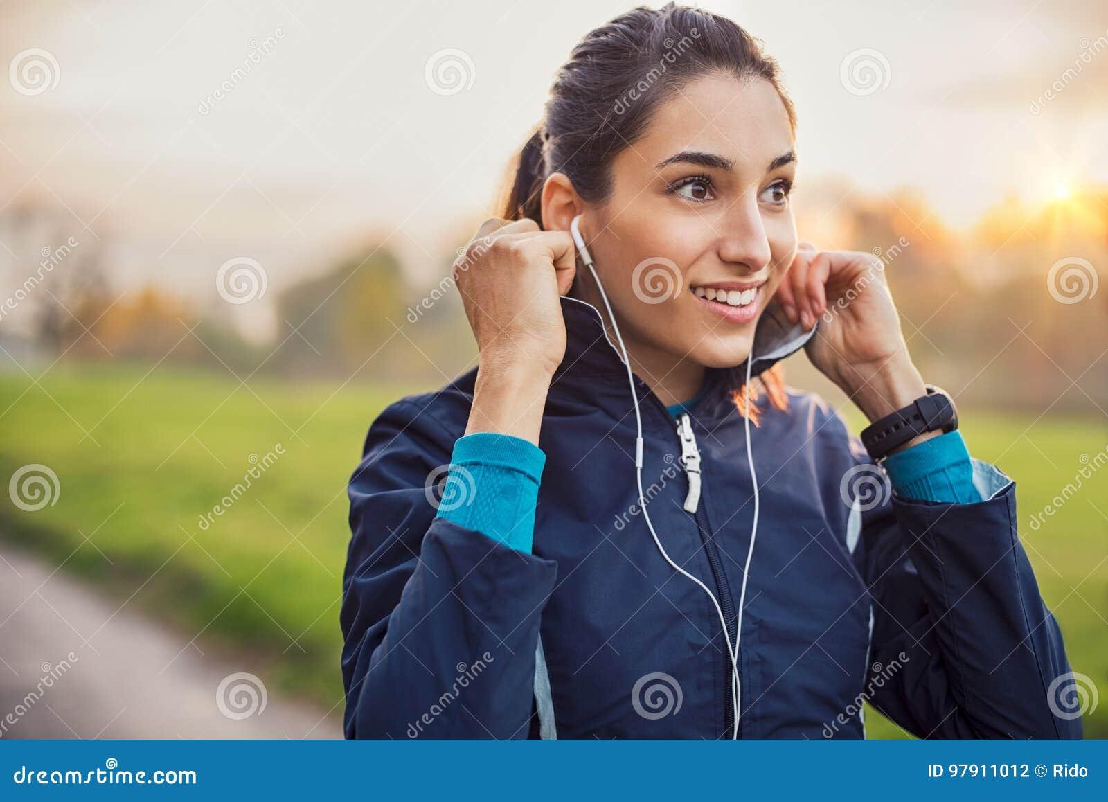 Música que escucha de la mujer atlética