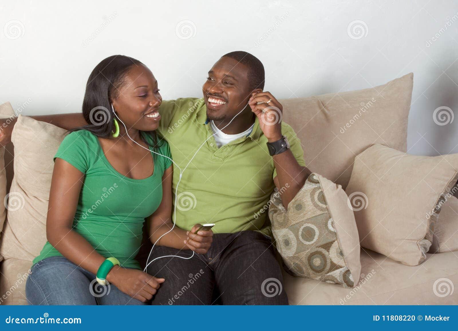 Música que escucha de los pares negros étnicos jovenes felices
