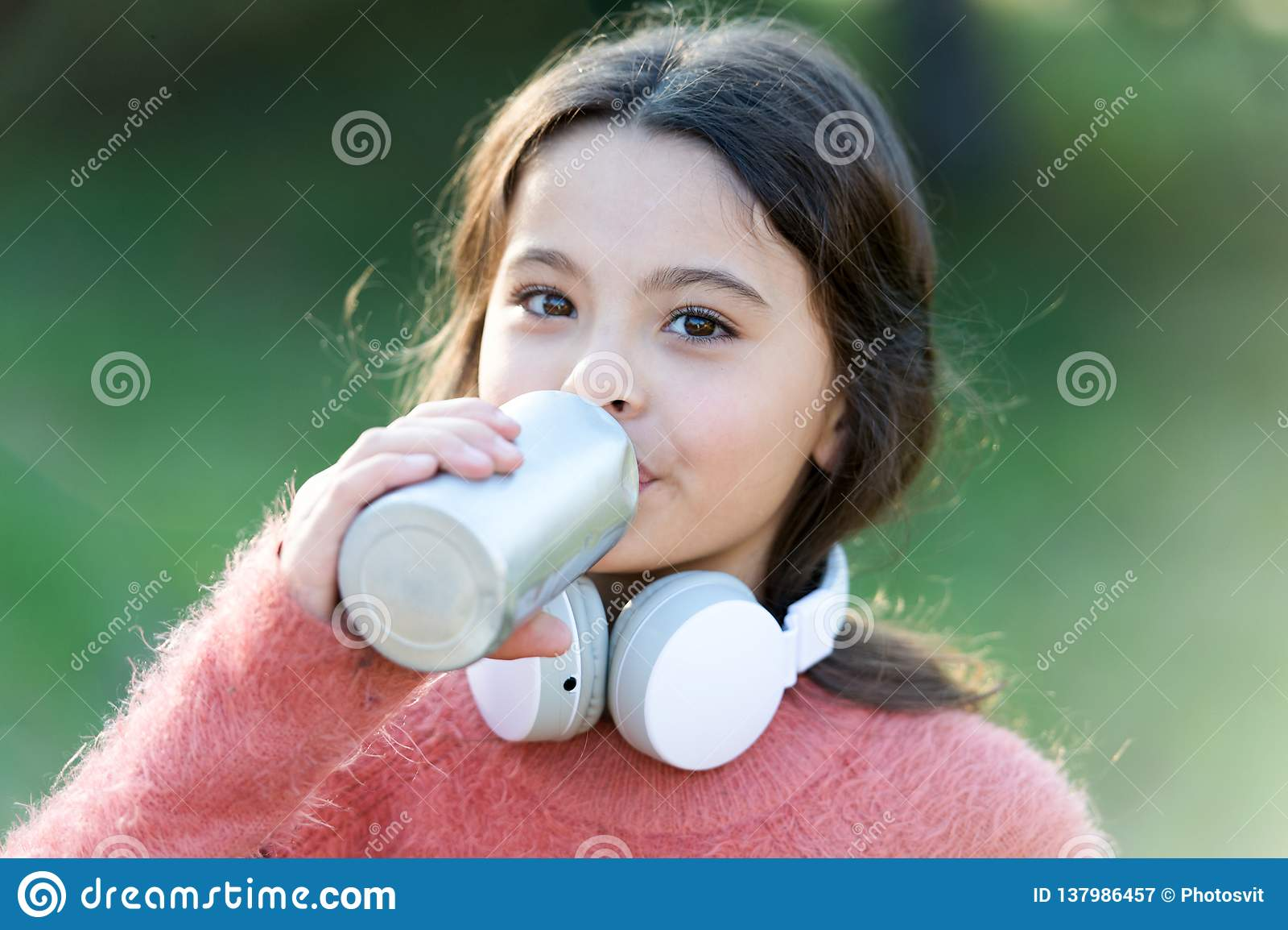 Música siempre conmigo Niño lindo de la muchacha con los auriculares Las razones usted debe utilizar los auriculares Los auricula