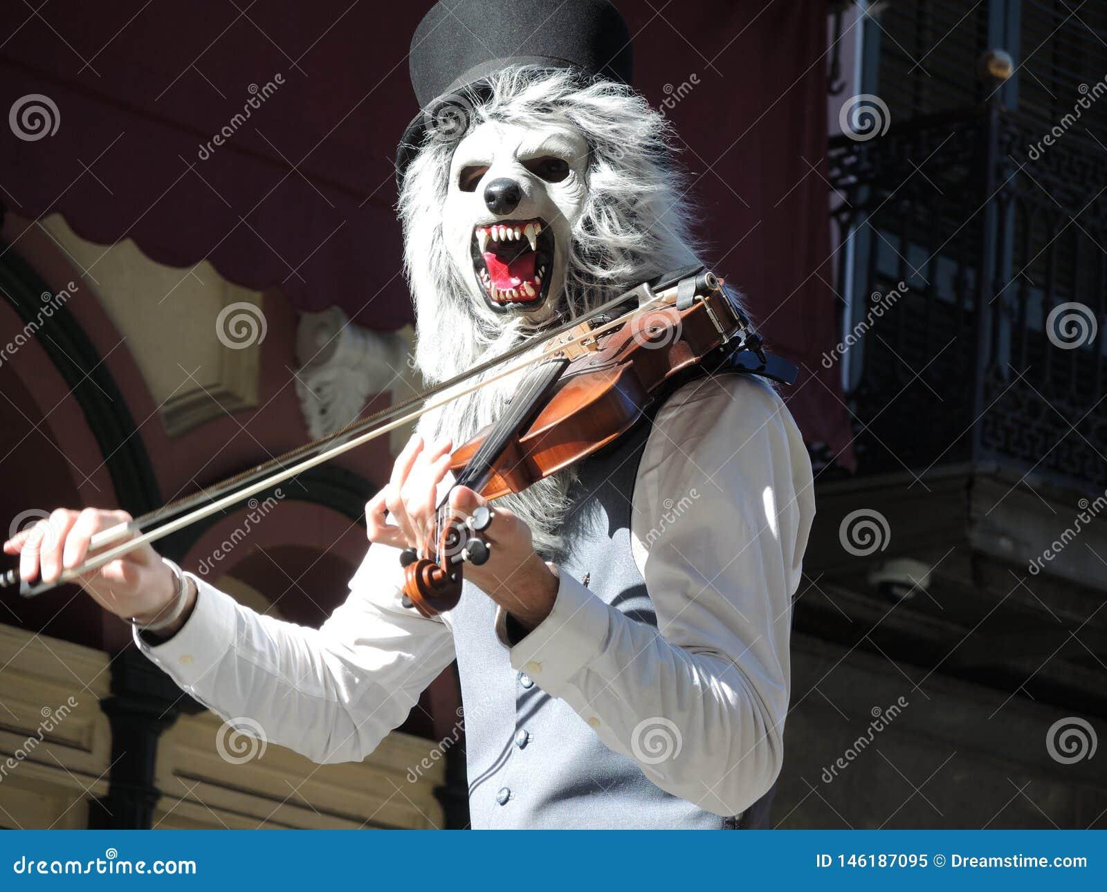 Músico com a máscara que joga o violino