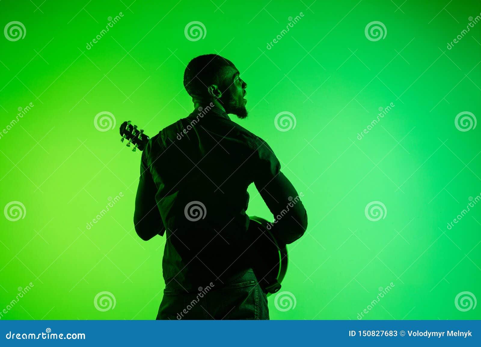 Músico de jazz afro-americano novo que joga a guitarra