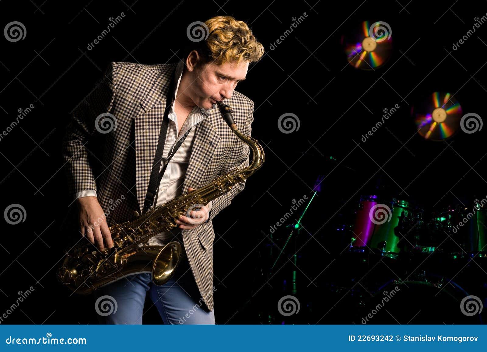 Músico de jazz novo com saxofone