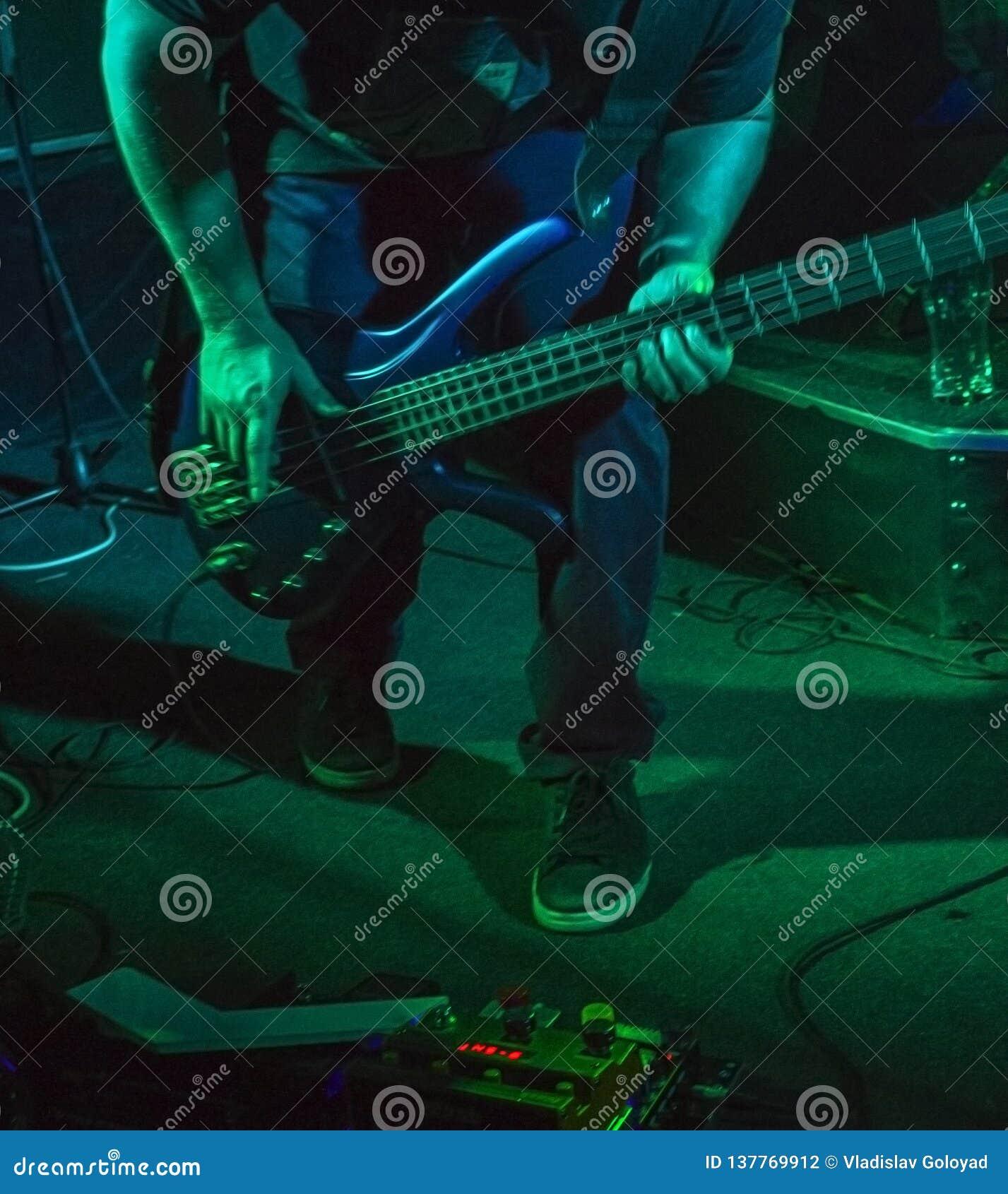 Músico que joga a guitarra em um clube