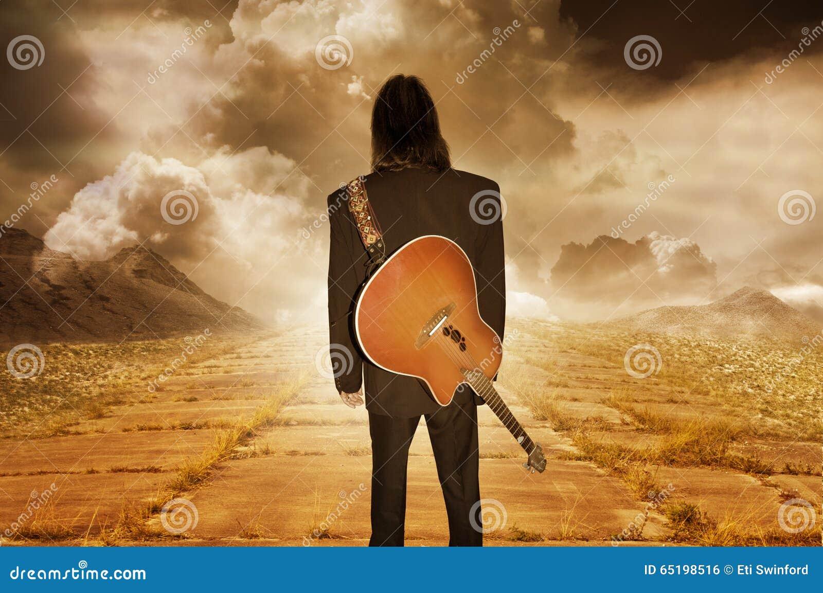 Músico que olha na distância