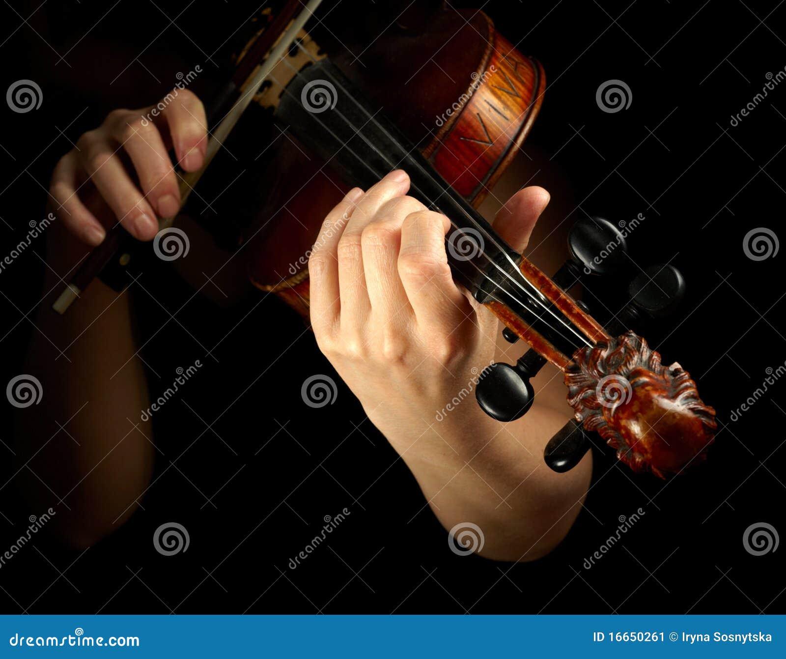 Músico que toca el violín