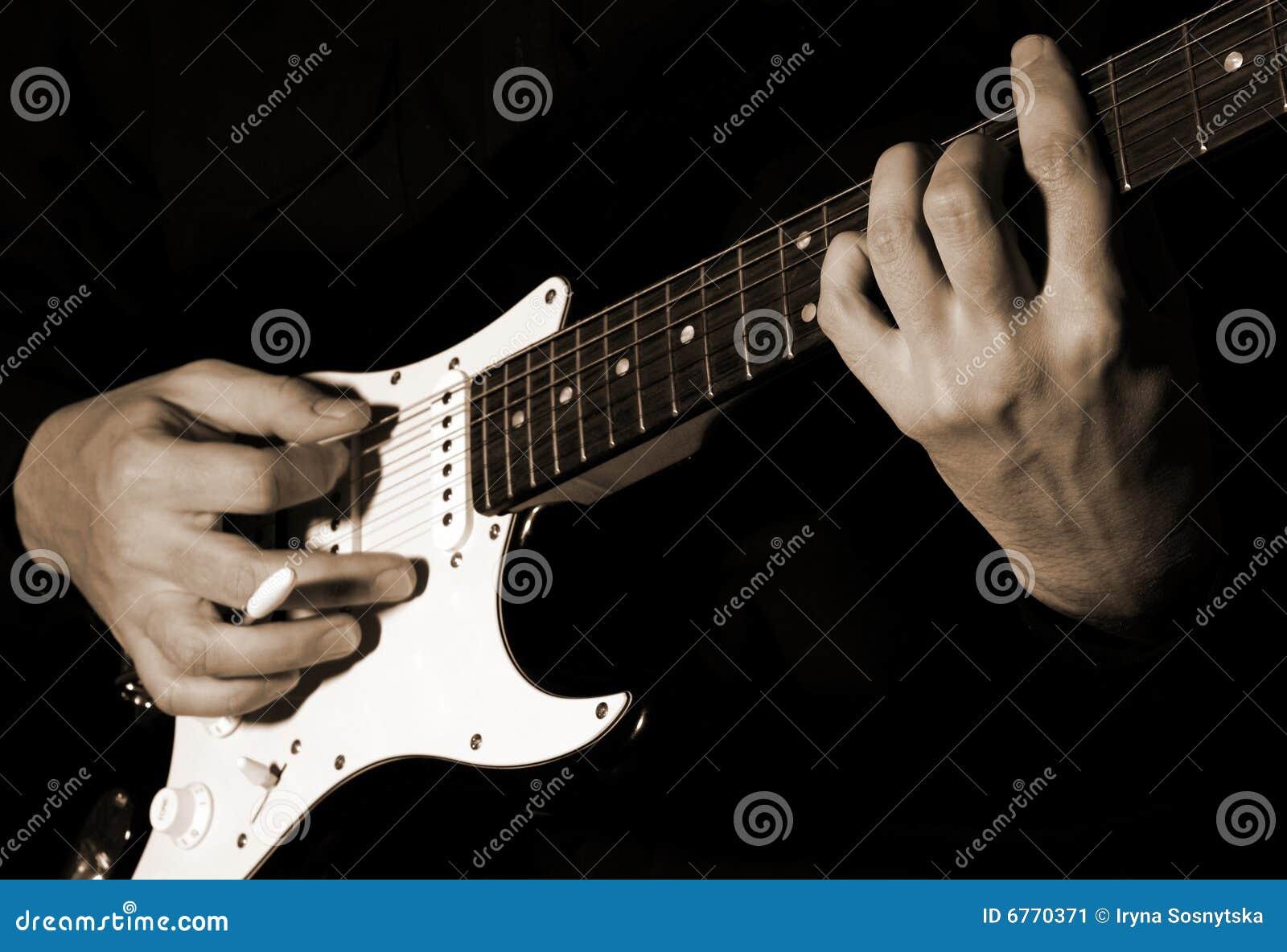 Músico que toca la guitarra
