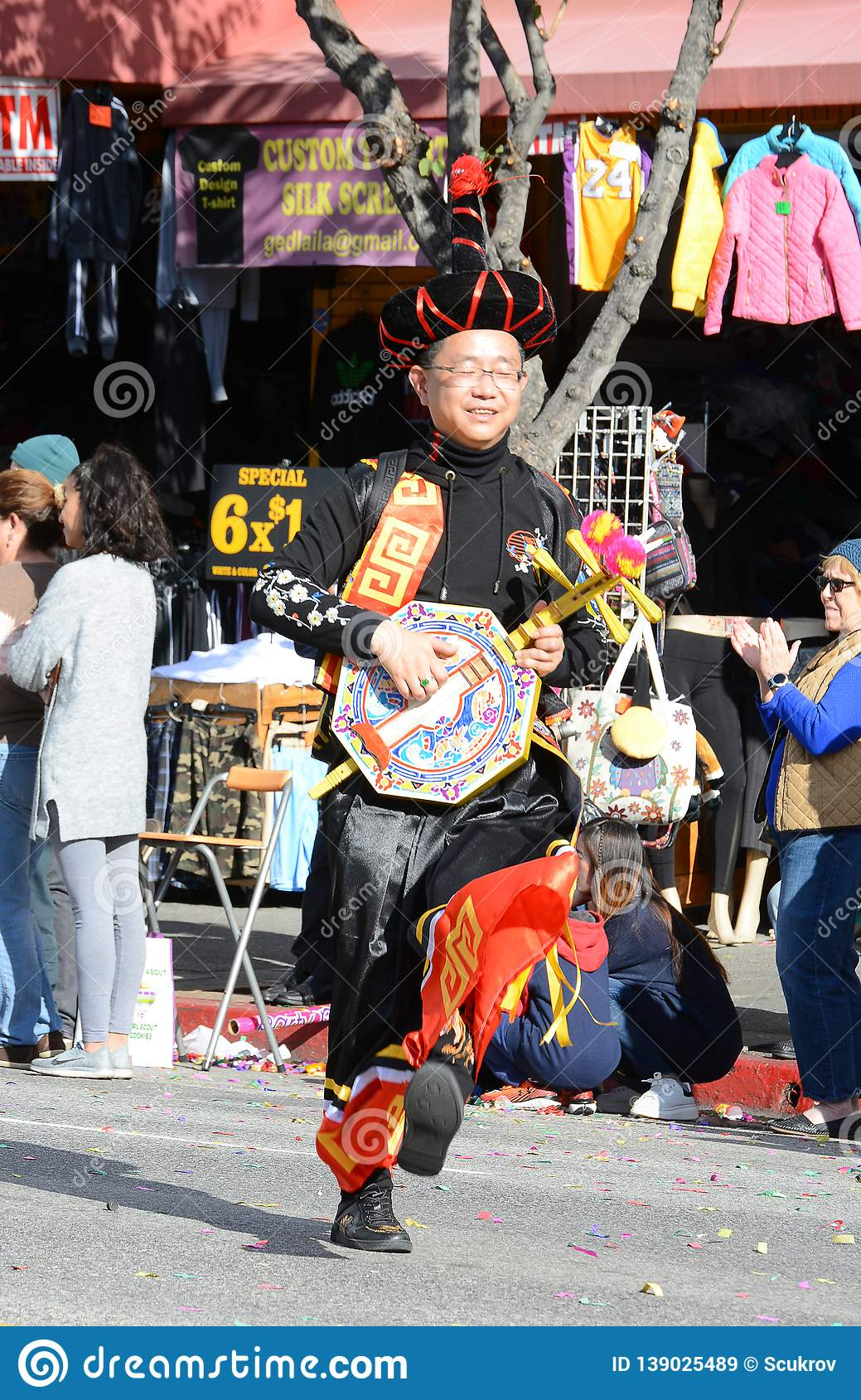 Músico tailandés en traje tradicional cloorful en Dragon Parade de oro, celebrando el Año Nuevo chino