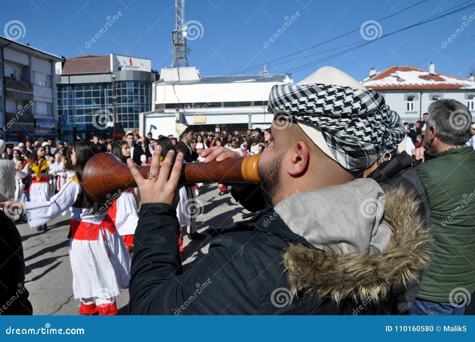 Músicos tradicionais do zurle na cerimônia que marca o 10o aniversário da independência no centro Dragash do ` s de Kosovo