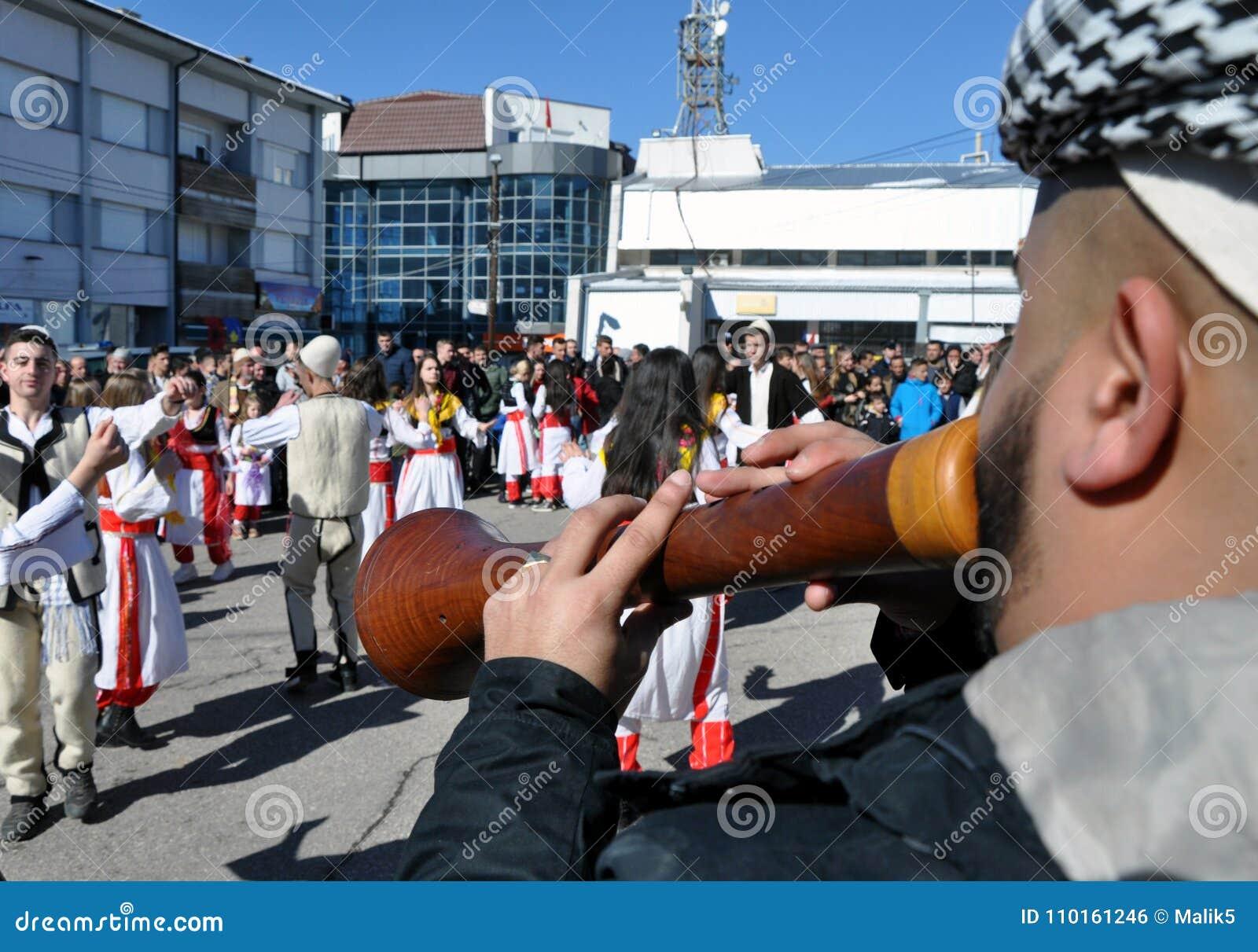 Músicos tradicionais do zurle na cerimônia que marca o 10o aniversário da independência do ` s de Kosovo em Dragash