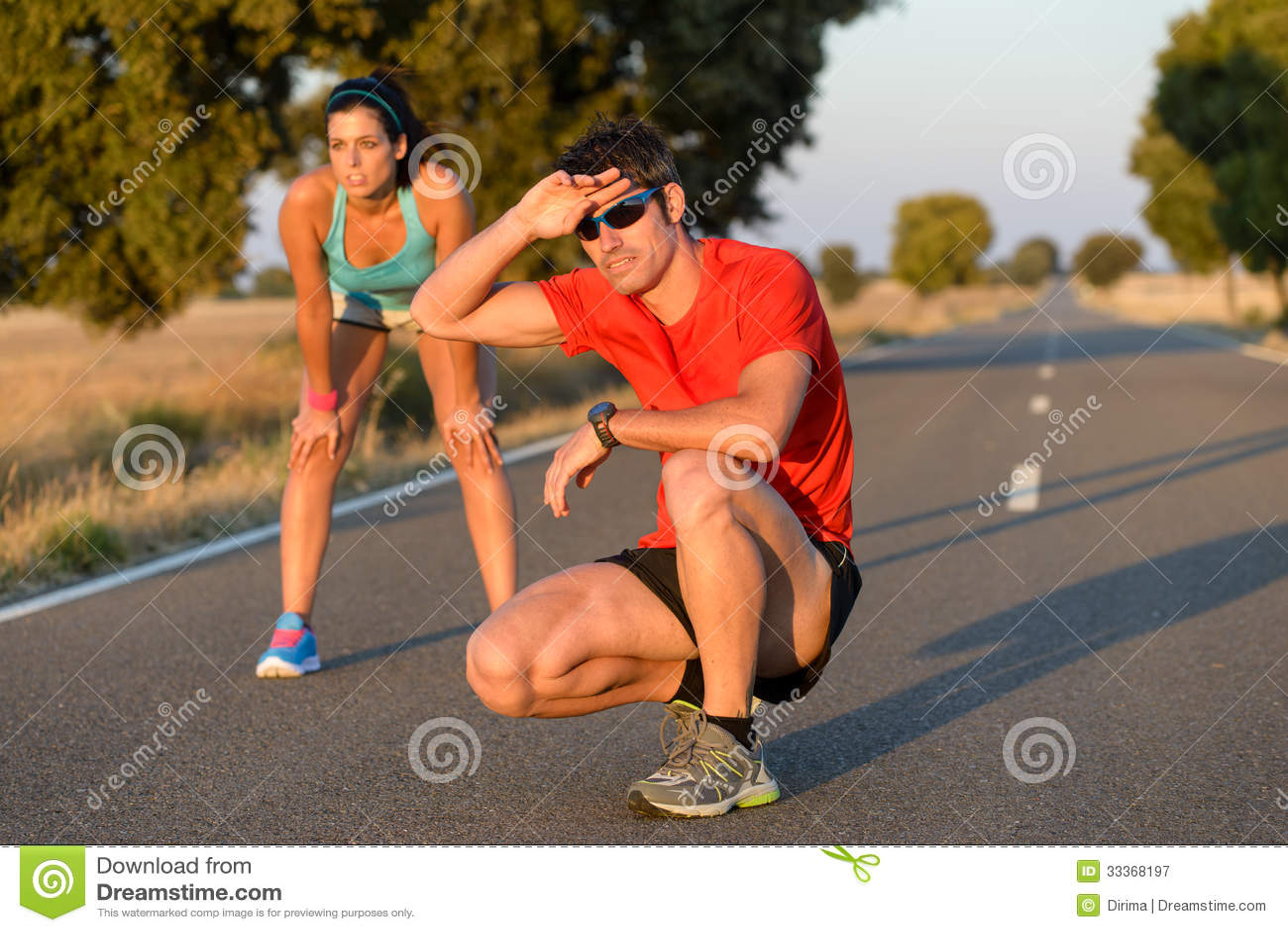 Müde Athleten nachdem dem Laufen in Straße