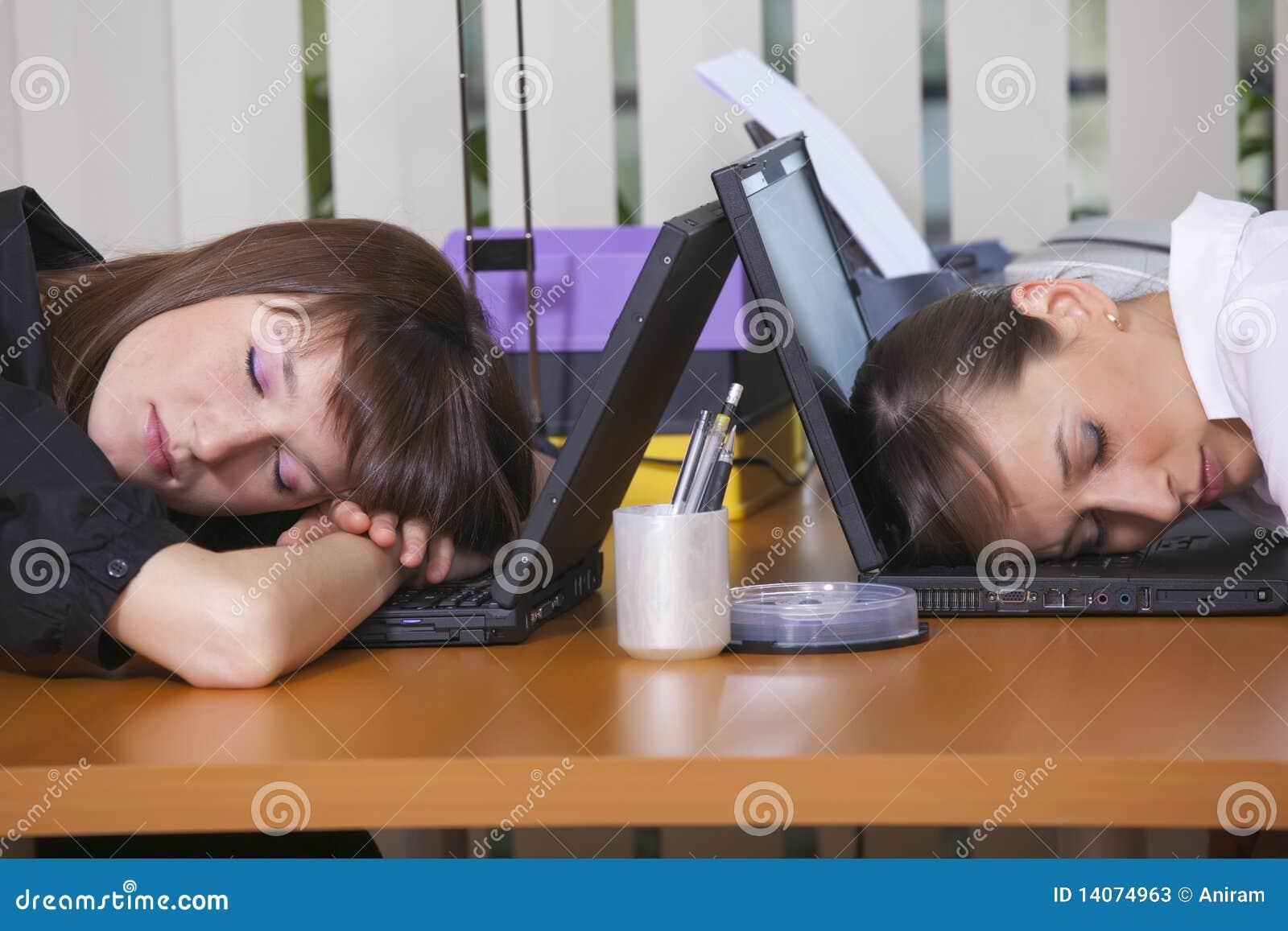 Müde Büroangestellte