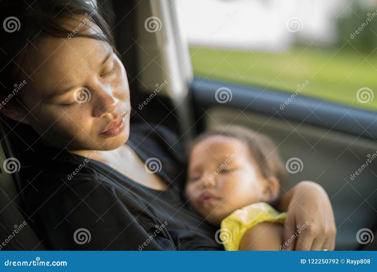 Müde und erschöpfte Mutter, die um ihrem Baby sich kümmert Postpardum-Krise