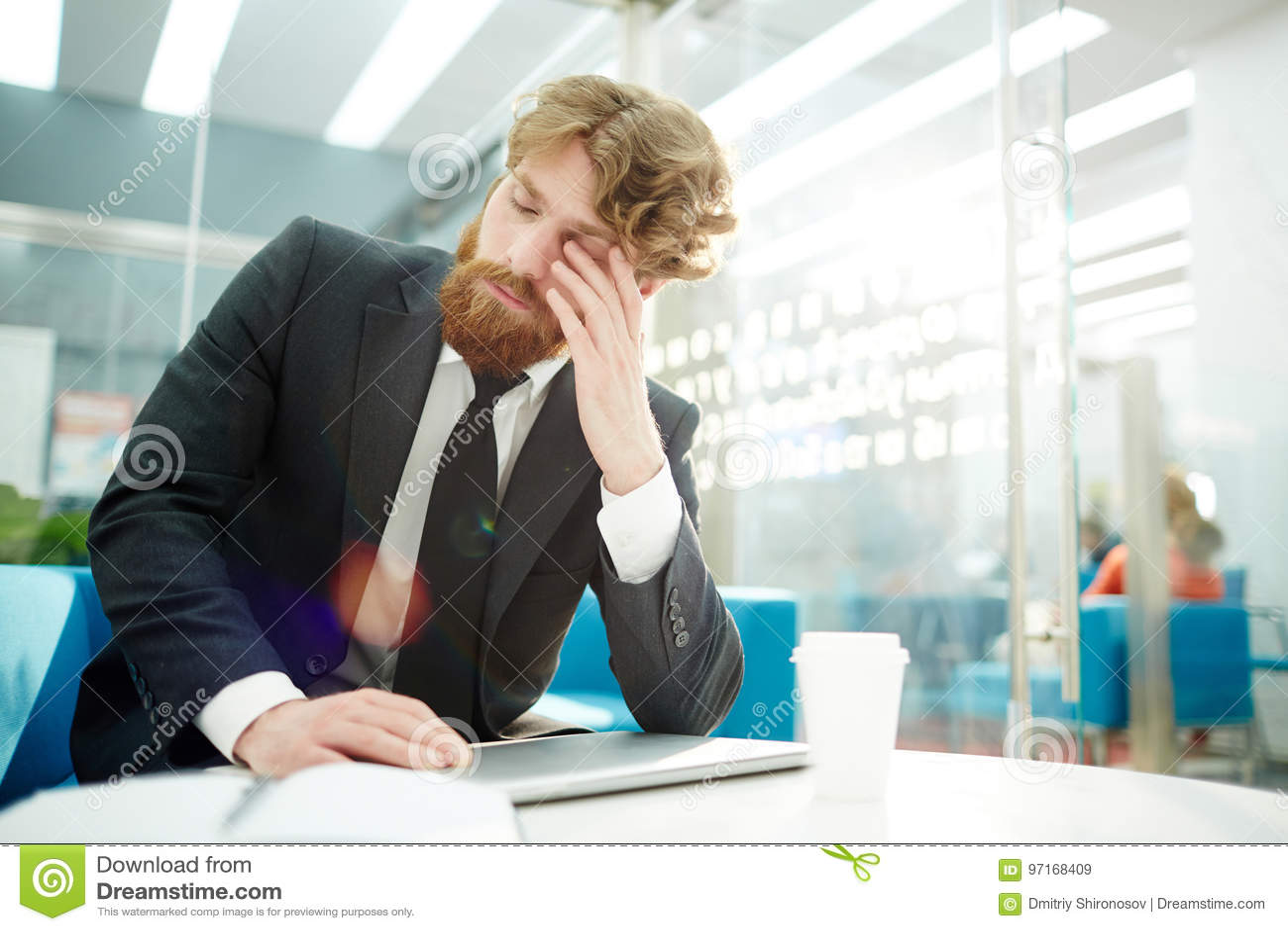 Müder Geschäftsmann Finishing Work im Büro