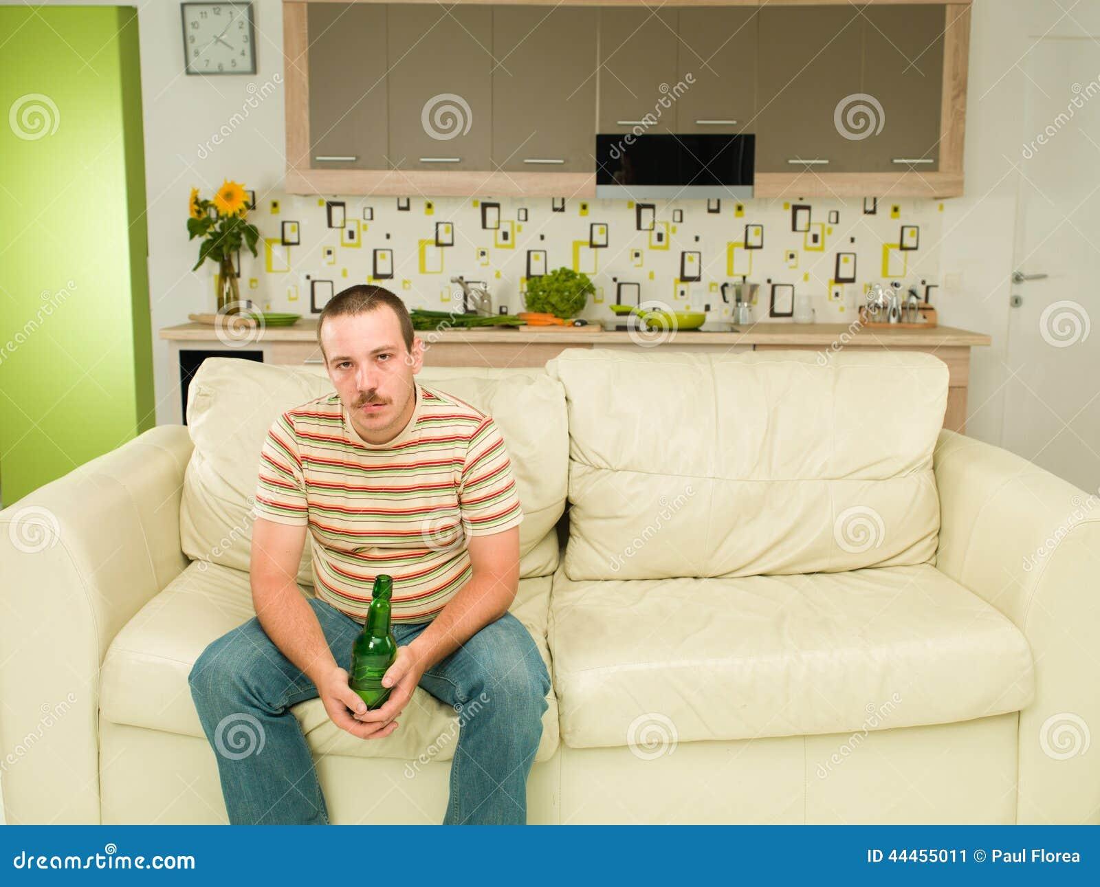 m der mann der allein auf einer couch sitzt stockfoto bild 44455011. Black Bedroom Furniture Sets. Home Design Ideas