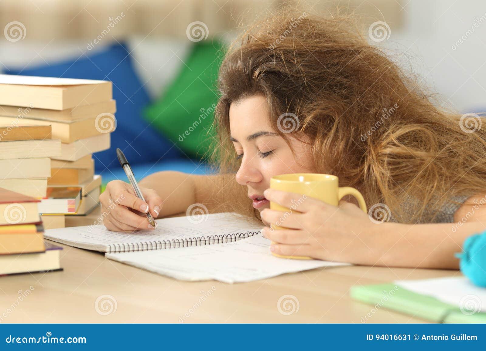 Müder und schläfriger Student, der versucht, Anmerkungen zu schreiben