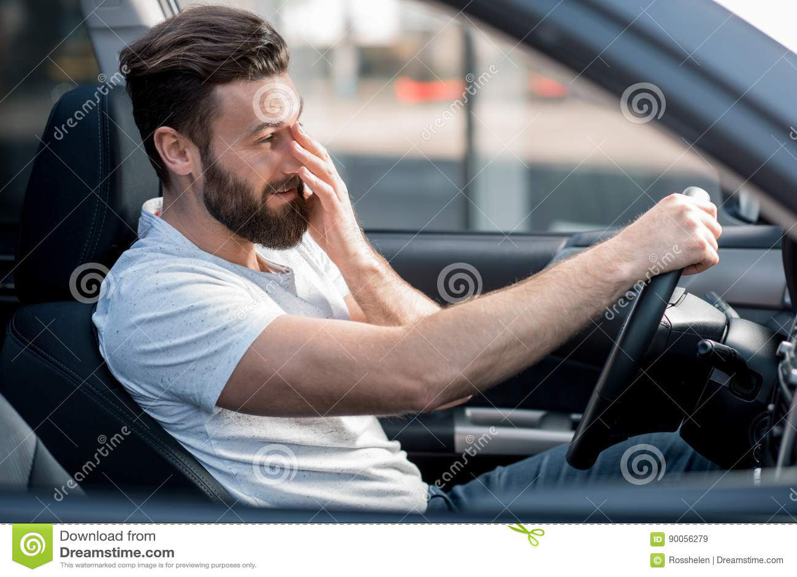 Müdes Mannautofahren