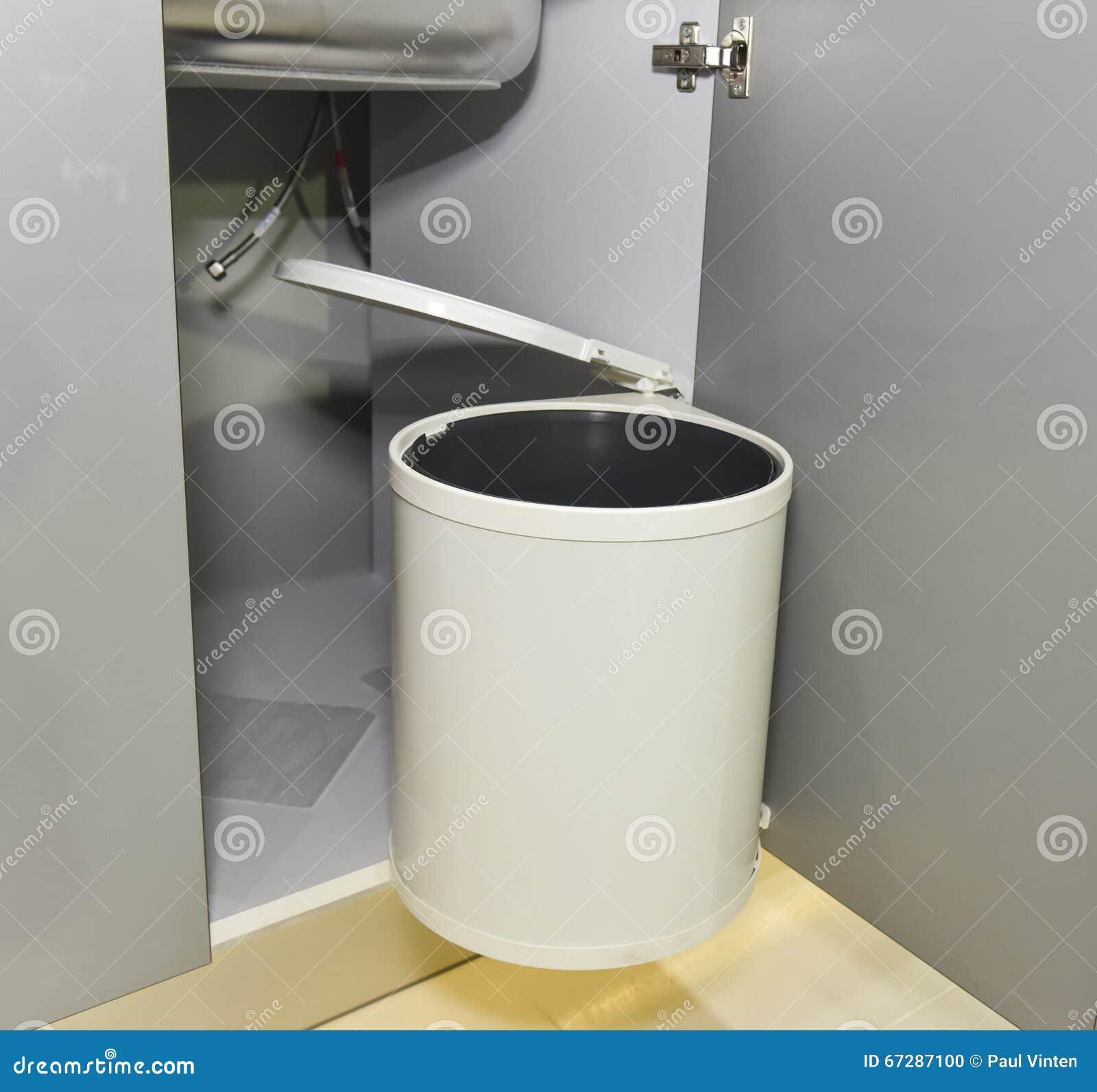 mülleimer, der an der küchenschranktür hängt stockfoto - bild von