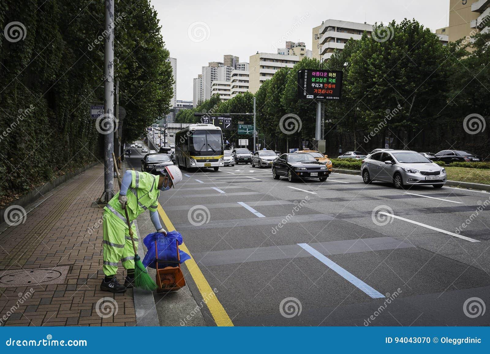 Müllmann auf Straßen von Seoul
