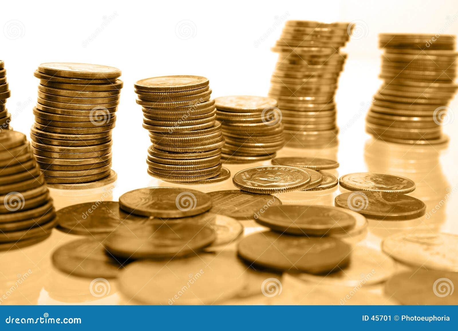 Münzen-Geld in den Stapeln Goldtönen