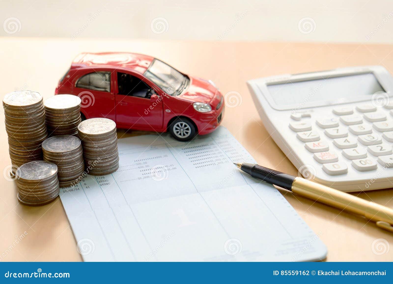Münzen stapeln in den Spalten, Einsparungsbuch, Auto Finanzierung und ein Bankkonto haben Co