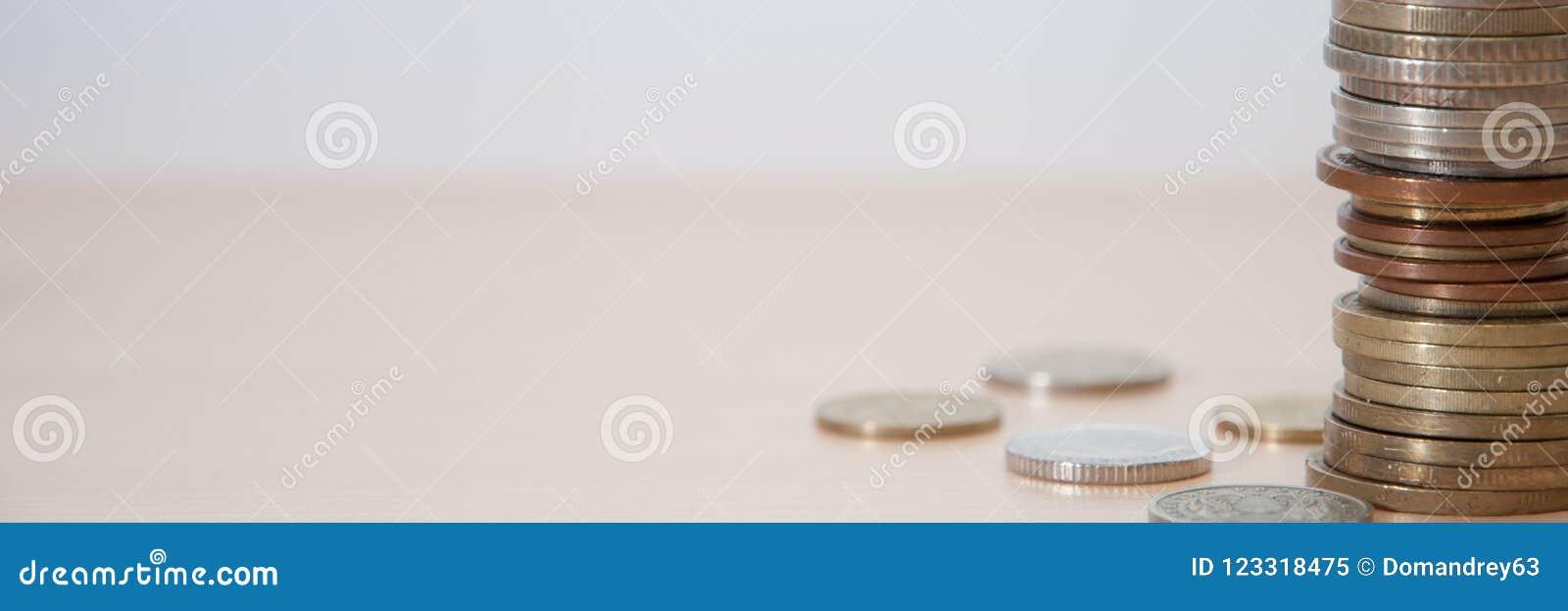 Münzen von verschiedenen Ländern und verschiedene Vorteile und Farben auf dem Tisch