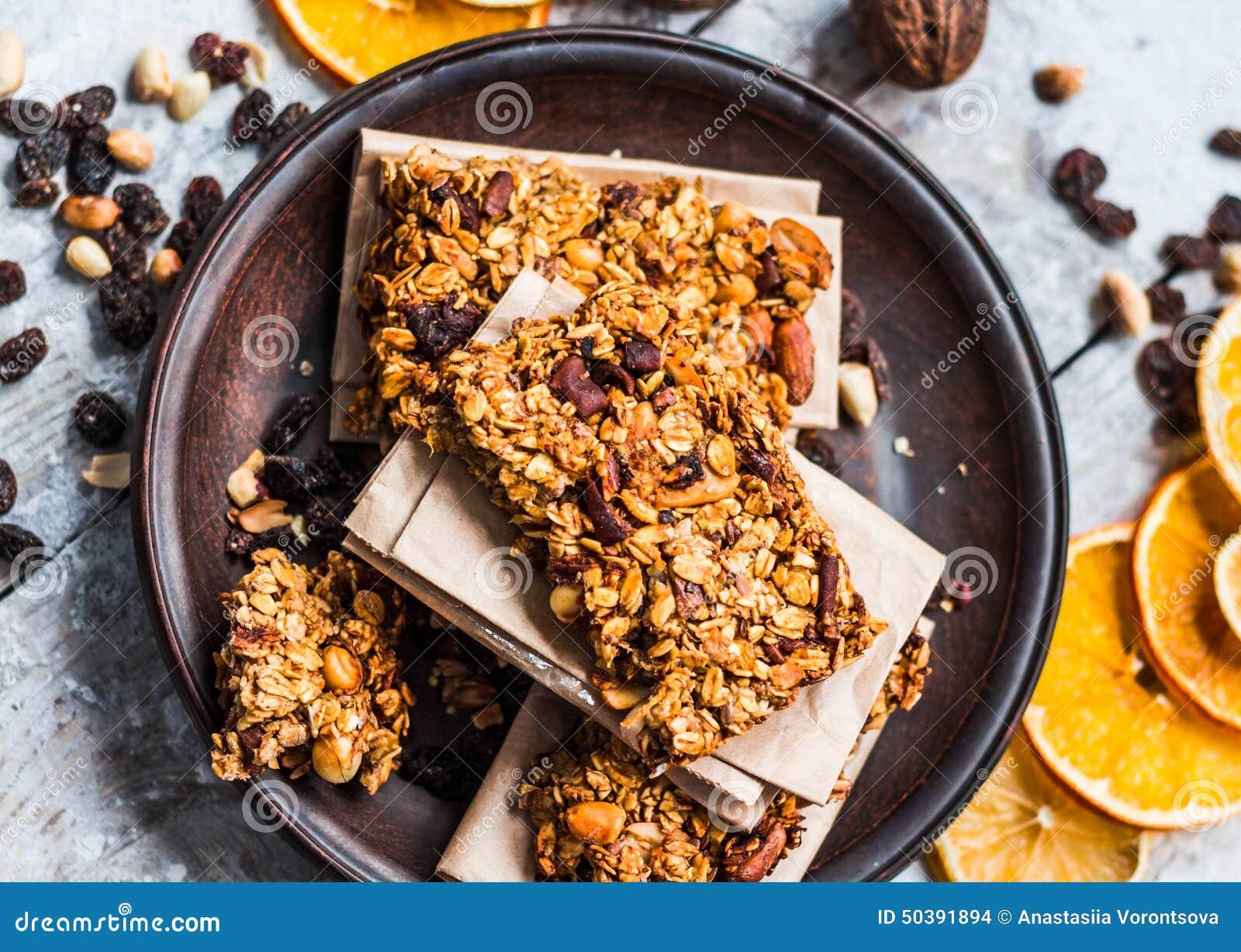 Müsliriegel Zitrusfrucht, Erdnussbutter und Trockenfrüchte, gesundes Lebensmittel