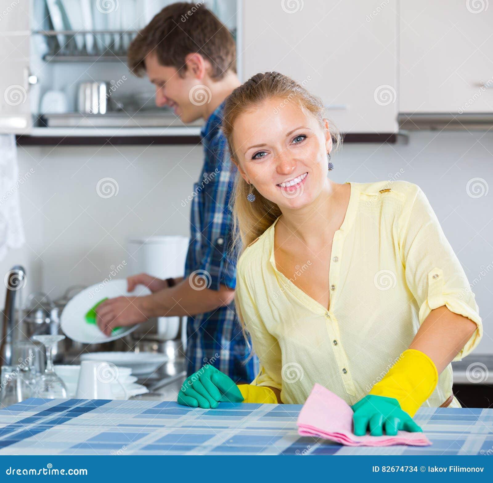 Mąż gospodyni domowej pomaga robić czyści up