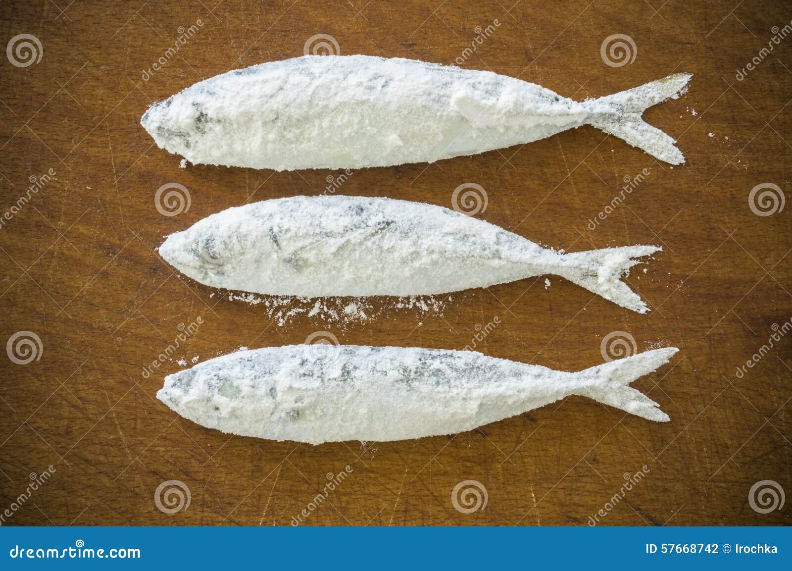 Mączasta ryba na drewnianym tle