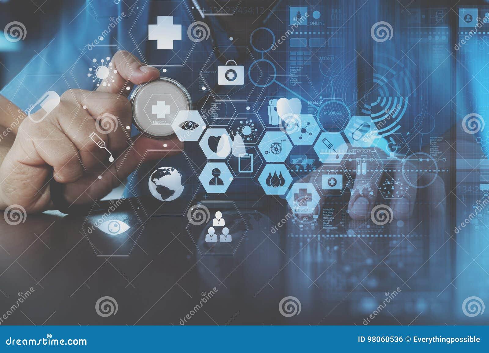 Mądrze doktorska ręka pracuje z nowożytnym laptopem w nowożytnym