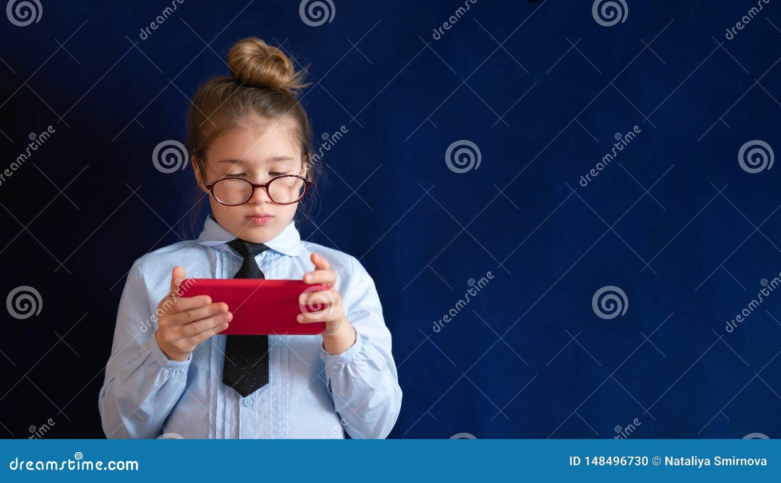 Mądrze preschool dziewczyny mienia smartphone