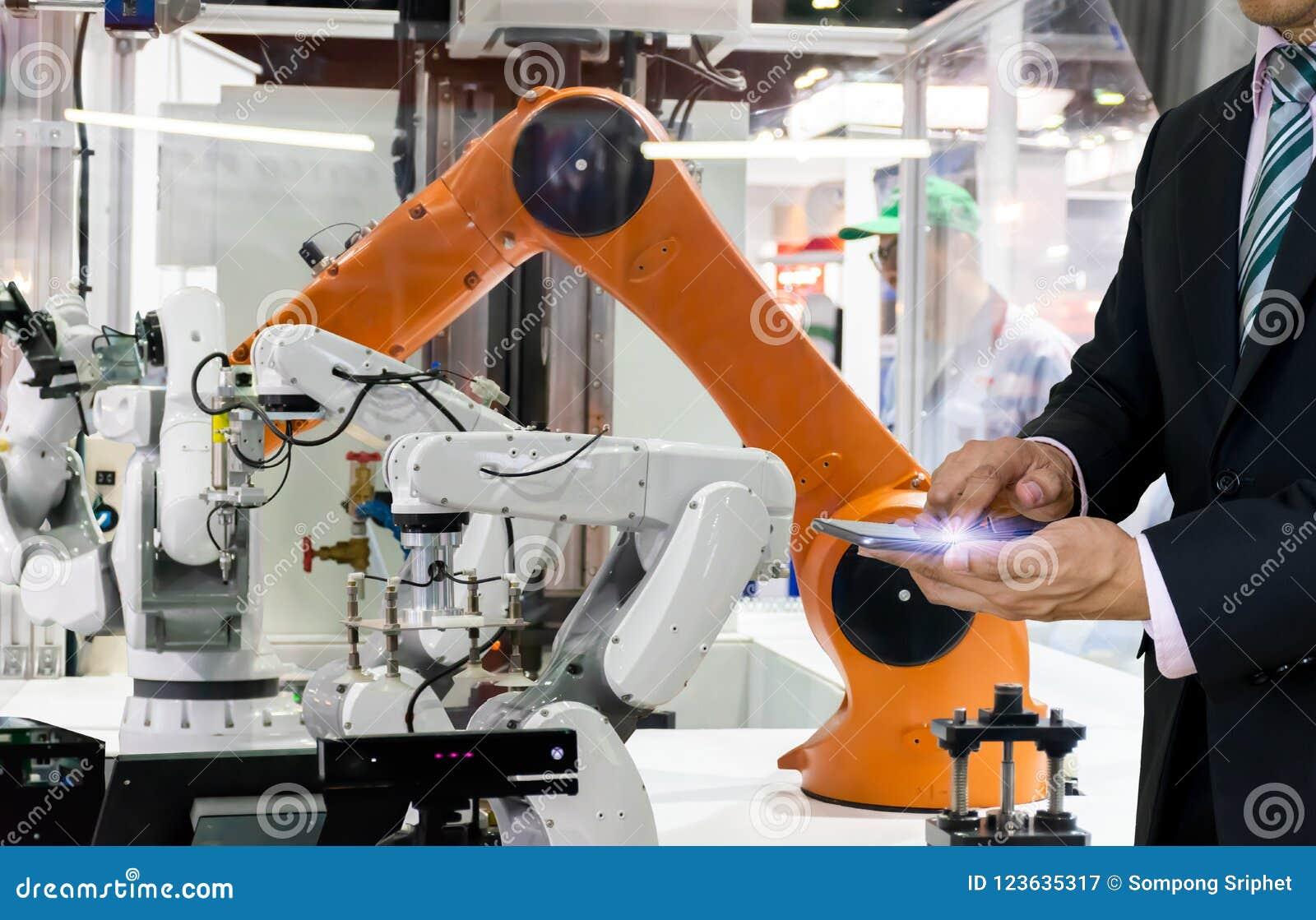 Mądrze robota zastępstwo Przemysłowi 4 (0) rzeczy technologii robota przyszłościowa ręka i mężczyzna używa kontrolera