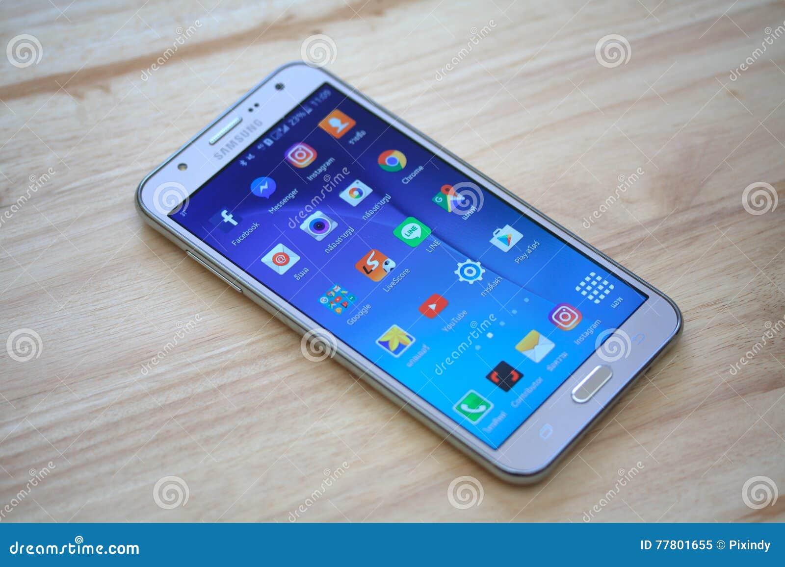 Mądrze telefon z ogólnospołecznymi medialnymi zastosowaniami Facebook, Skype, Linkedin, Viber, Whatsapp i goniec, świergot,