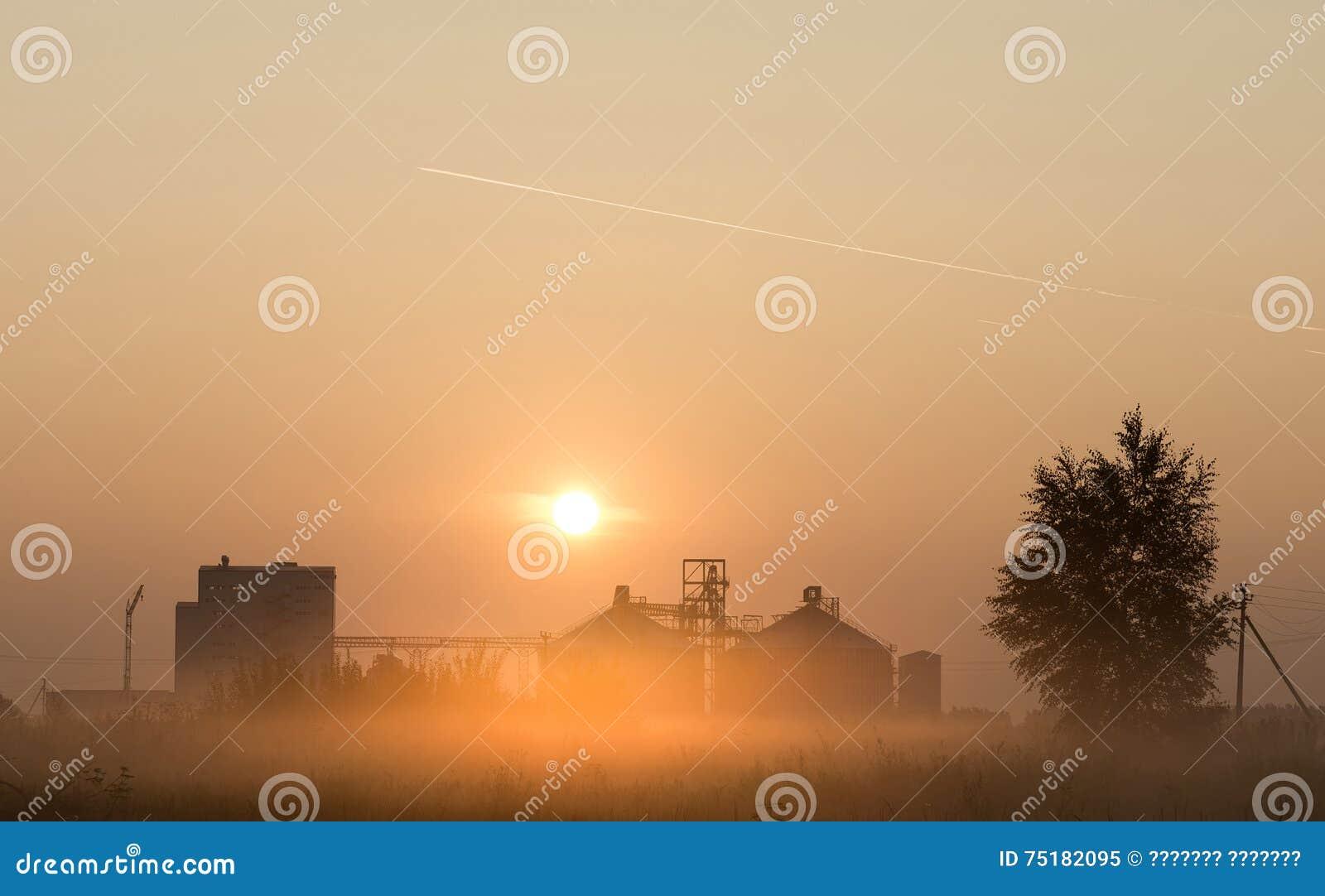 Mąka młyn przy wschodem słońca