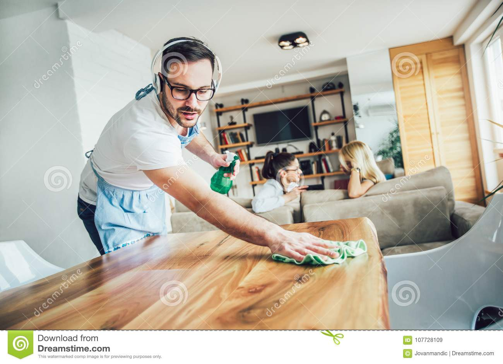 Męża housekeeping i cleaning pojęcie