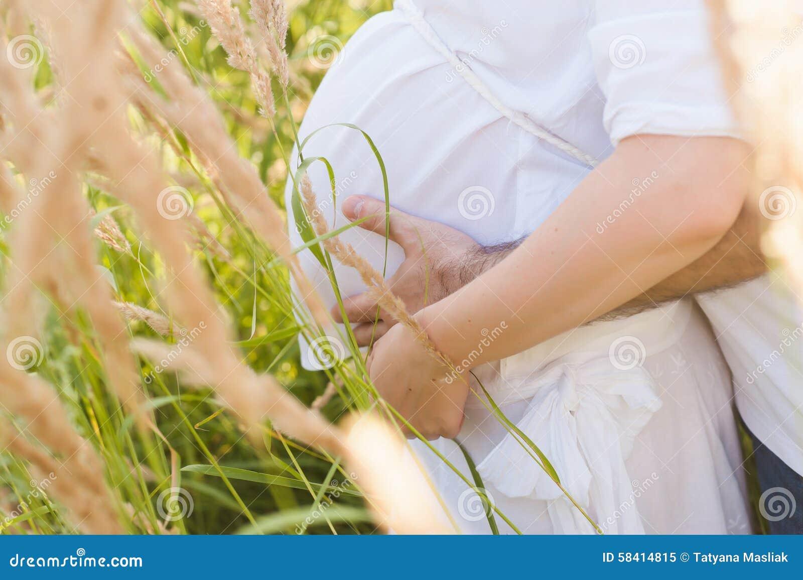 Męża przytulenia brzucha ciężarna żona, miłość, antycypacja, postawa, styl życia