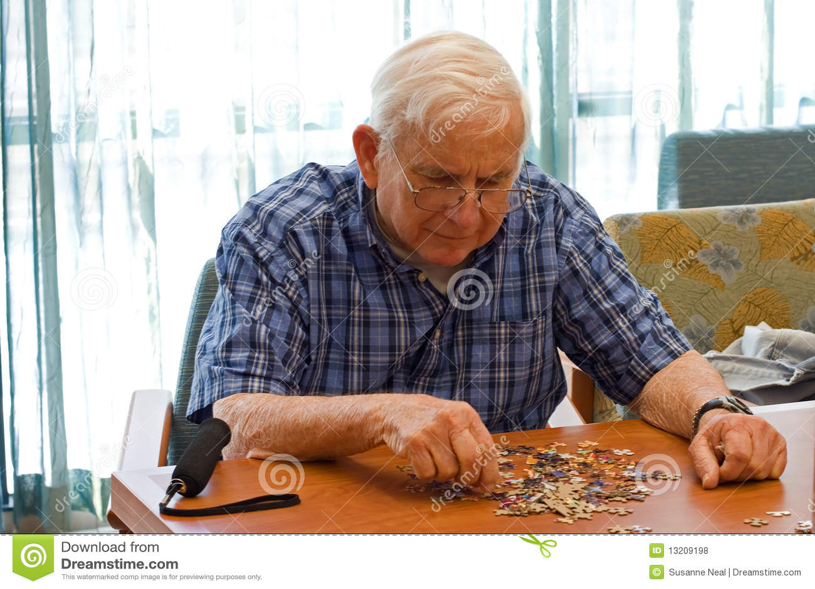 Mężczyzna łamigłówki seniora pracy