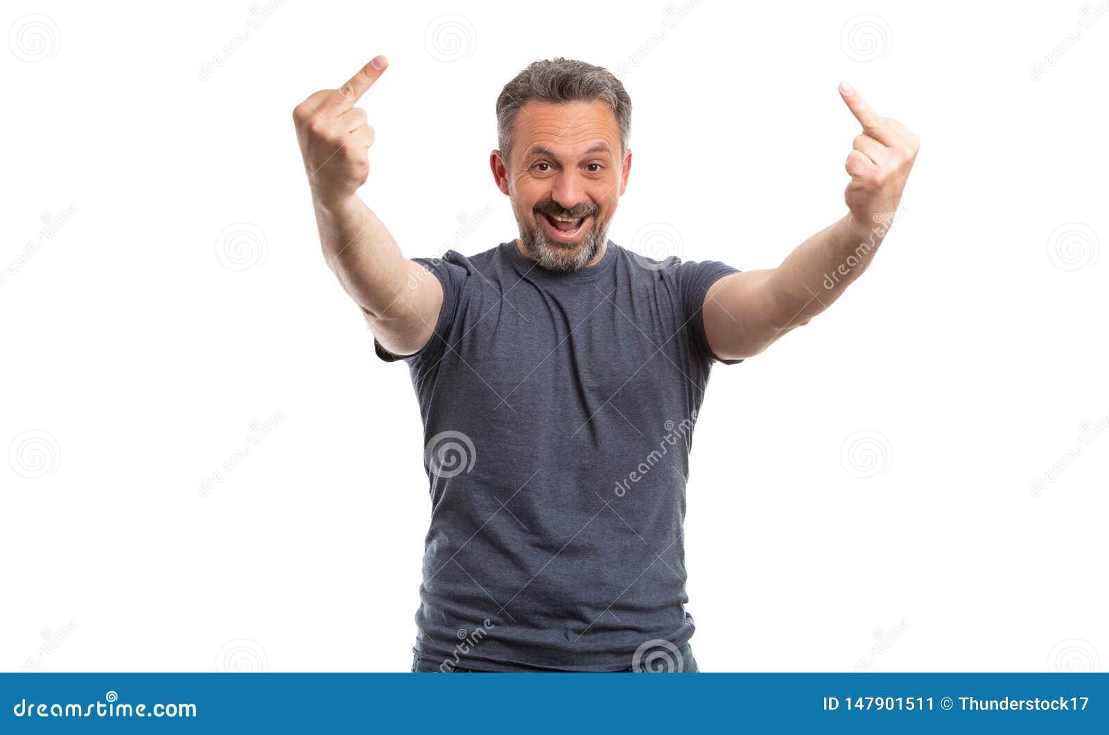 Mężczyzna śmia się jako pokazywać środkowych palce