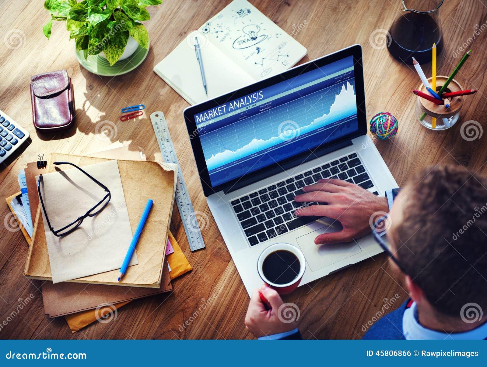 Mężczyzna analiza rynek na komputerze