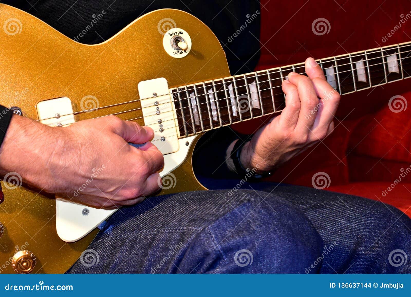 Mężczyzna bawić się gitarę elektryczną Zbliżenie, żadny twarz